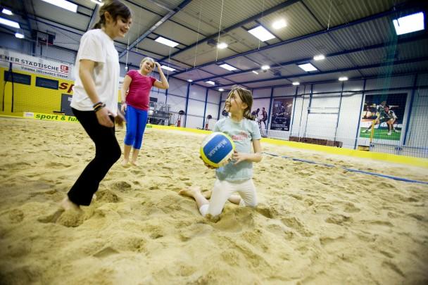 Kinder beim Beachvolleyball spielen in der Sport & Fun Halle