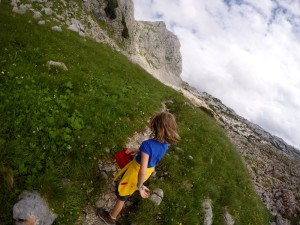 Kind spaziert in Bergen