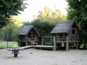 Spielhäuschen am Spielplatz im Auer Welsbach Park direkt neben dem Kleinkidnerbereich
