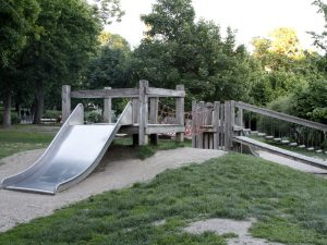 Breite Rutsche am Kleinkinderspielplatz im Auer Welsbach Park