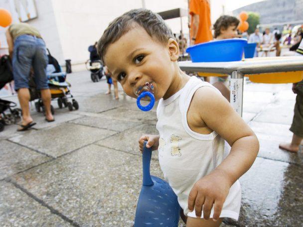 Kleiner Junge mit Schnuller bei den wienXtra-Wasserspielen.