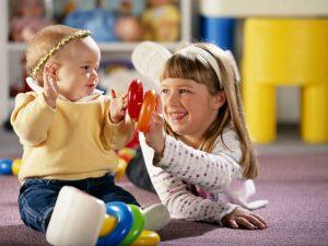 Große und kleine Schwestern haben Spaß beim Spielen miteinander.