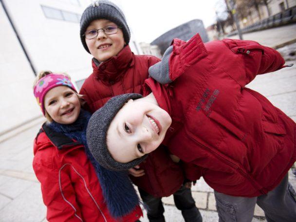 3 Kinder freuen sich über die Idee mit dem umgekehrten Adventkalender. Geben statt nehmen!