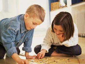 Kinder spielen gemeinsam im Kindergarten in Wien.