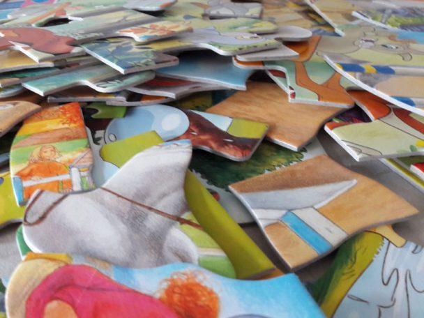 Puzzle Kinder Puzzle Chaos. Alle Puzzleteile zerstreut im Kinderzimmer - was Tun? Ordnungs-Idee