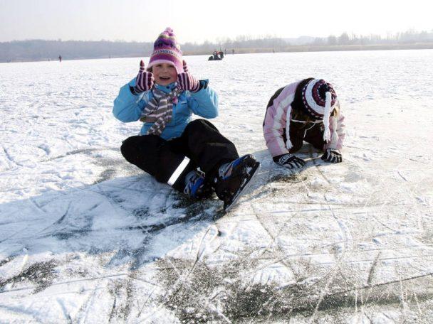 Natureislaufplätze und Eislaufen mit Kindern