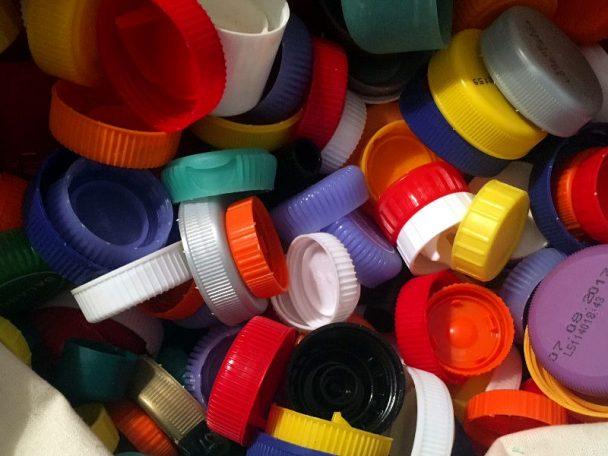 Hartplastik-Stöpsel sammeln