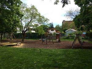 Schaukeln am Spielplatz im Schweizergarten
