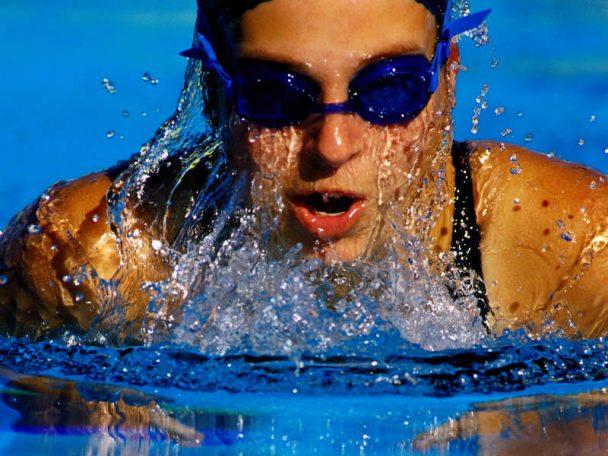 schwimmende Frau im Schwimmbad