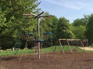 Klettergerüst und Schaukeln auf der Ranch - einem Spielplatz auf der Jesuitenwiese