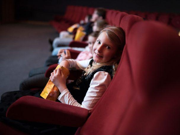 Kind im Kinosessel