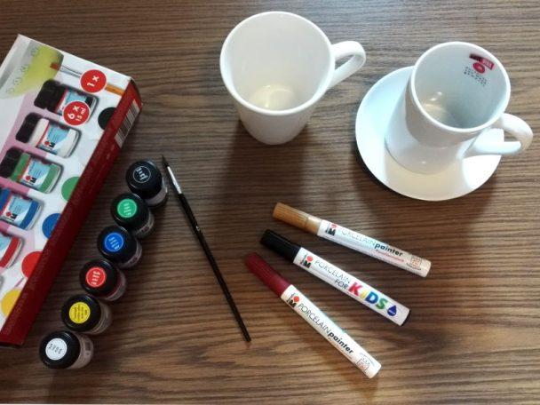 Tassen und Porzellanmalstifte