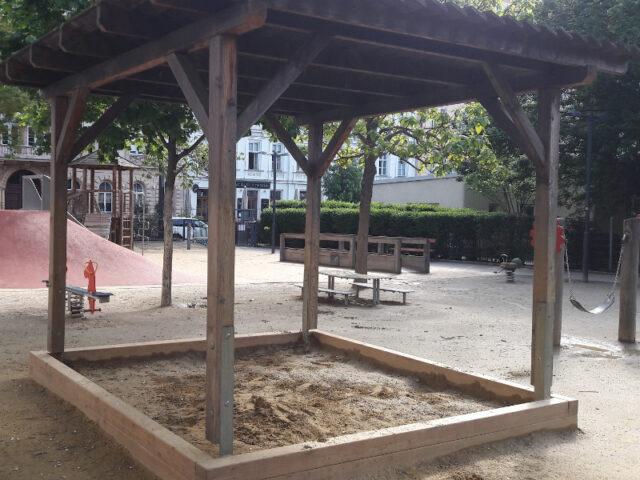 Überdachte Sandkiste am Spielplatz im Rudolfspark